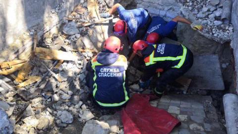 Спасатели извлекли мужчину из-под обвалившегося гаража