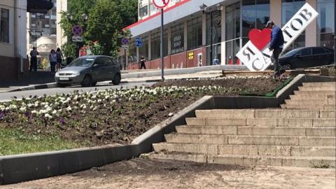Грязь с лестницы в Волжском районе Саратова убрали