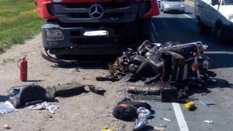 Три часа назад байкер на Harley-Davidson насмерть разбился в ДТП с фурой. Фото