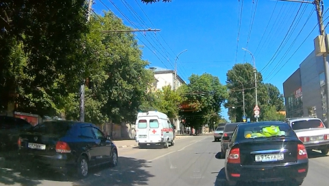 Автохам прокатился за машиной скорой помощи по полосе общественного транспорта. Видео
