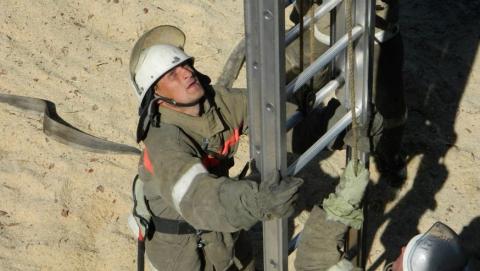 Спасатели сняли подростка с шестиметровой высоты