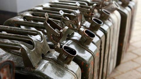 Двое жителей Энгельса пытались слить топливо с причаленного буксира