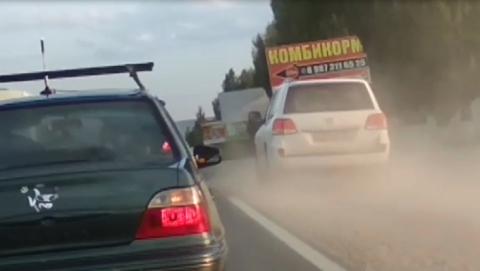 Автохам на внедорожнике устроил пыльную бурю на Вольском тракте. Видео
