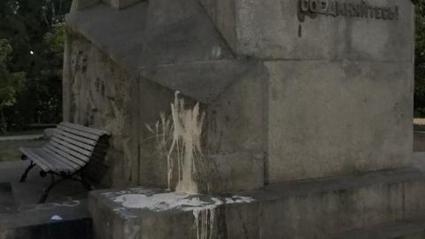 Подростки разрисовали памятник Борцам революции в Саратове