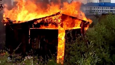 Сегодня ранним утром в Саратове сгорели гараж и сарай