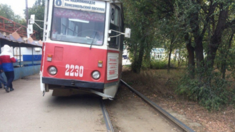 Сошедший с рельсов вагон трамвая заблокировал движение