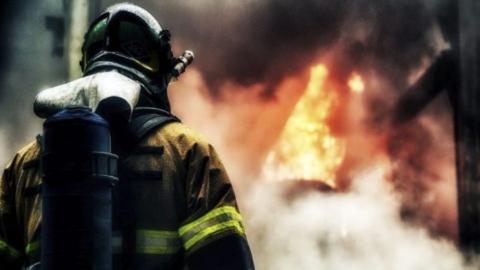 Нежилой дом горел в центре Саратова