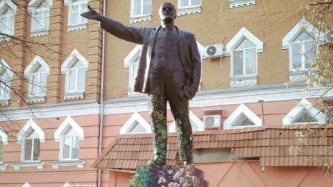 Памятник Ленину на Астраханской снова раскрасили