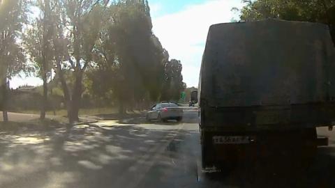 Таксист-автохам рванул через двойную сплошную на оживленной магистрали