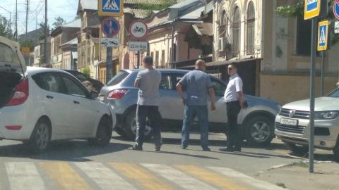 Тройная авария парализовала перекресток в центре Саратова