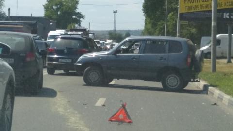 Час назад легковушки разметало по шоссе после аварии