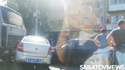 Водитель МАЗа впечатал машину Росгвардии в две иномарки