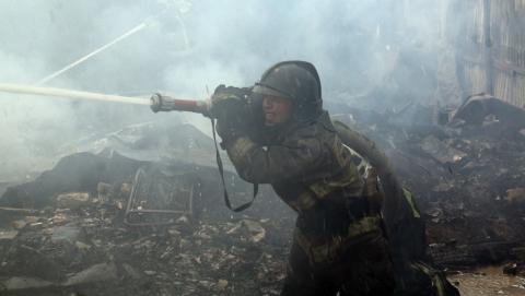 Крупный пожар уничтожил дом и повредил еще два