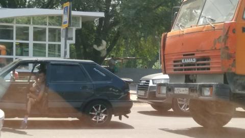 "КамАЗ догнал ""четырнадцатую"" около памятника защитникам саратовского неба"