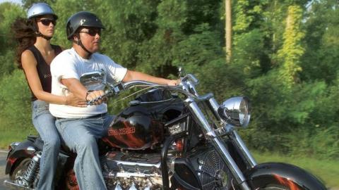 Упавшая с мотоцикла женщина-пассажир не говорит, с кем каталась по центру Энгельса