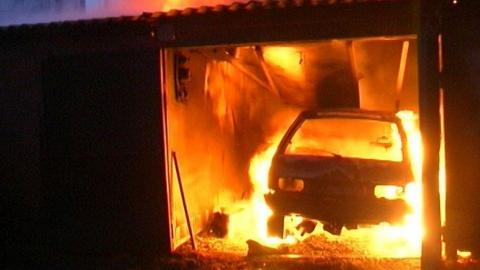 Гараж и две машины сгорели в Саратове
