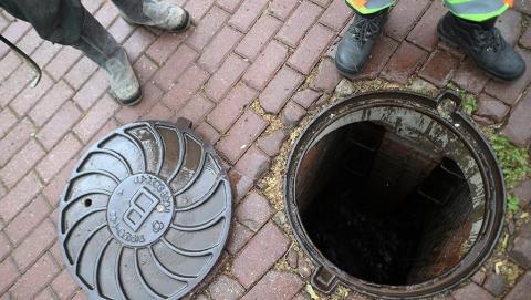 Двое мужчин погибли, один - в больнице после чистки канализации