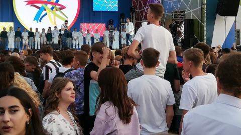 На фестиваль выпускников «Роза ветров» в Саратове собралось порядка 15 тысяч человек