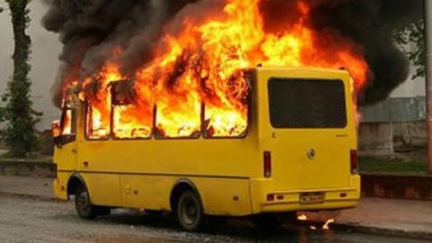 Пожар на автостоянке повредил восемь автобусов