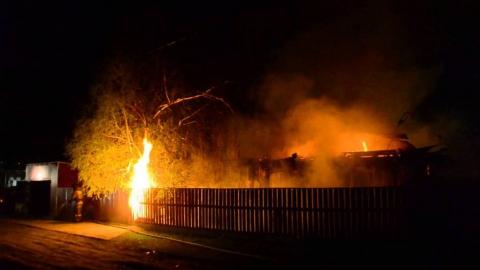 Двор частного дома выгорел в Марксе