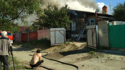На окраине Саратова горит дом