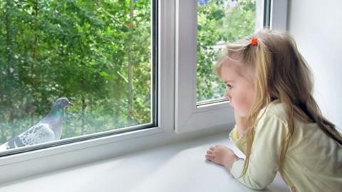 Трехлетняя девочка выпала с девятого этажа