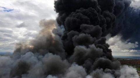 На Малой Елшанской горела огромная куча мусора