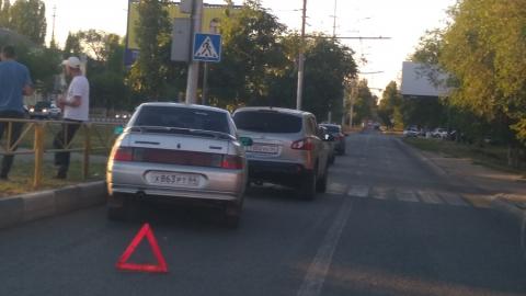 """На проспекте Строителей собрался """"паровозик"""" из пяти машин"""
