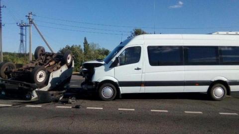В лобовой аварии Mercedes и «буханки» ранены три человека