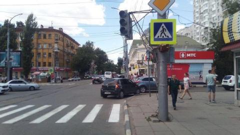 На перекрестке в центре Саратова сломались все светофоры