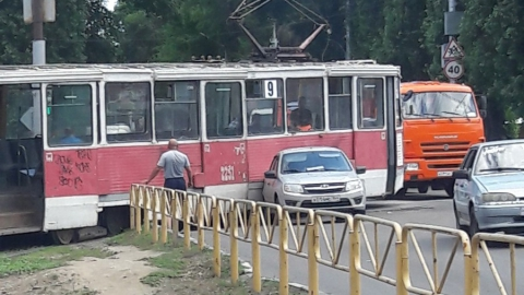 На Политехнической легковушка въехала под трамвай