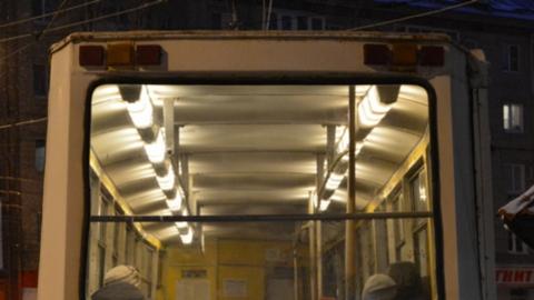 Брошенная на рельсах машина сорвала несколько ночных трамвайных рейсов