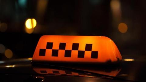 Агрессивного пассажира такси задержали за нападение на дорожного полицейского