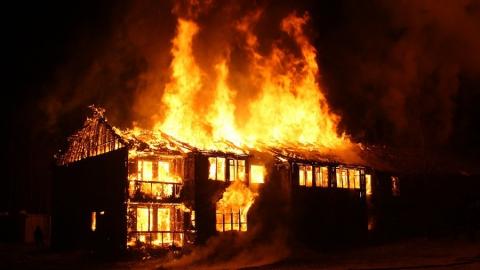 В крупном пожаре сгорели шестиквартирный дом, машина и сарай