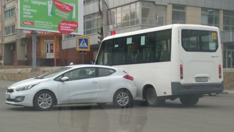 Маршрутка с пассажирами попала в аварию на оживленном перекрестке и заблокировала две улицы