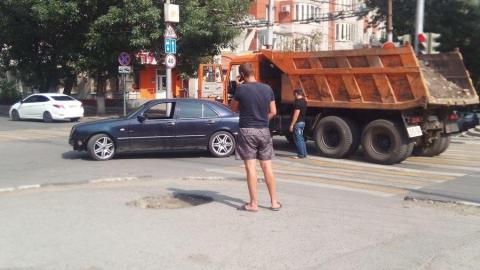 """На одной из центральных улиц столкнулись """"Мерседес"""" и КамАЗ"""