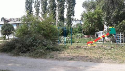 Жители райцентра вынуждены своими силами расчищать детскую площадку