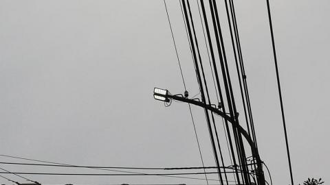 Среди бела дня на улице Чернышевского включили уличное освещение