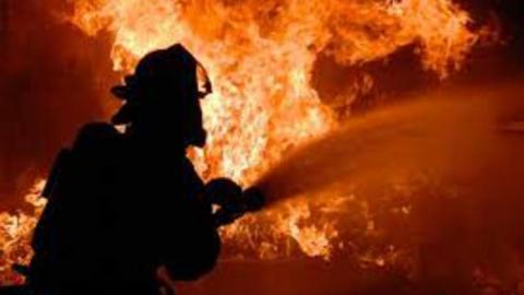 Пожарные эвакуировали двух детей из горящего дома