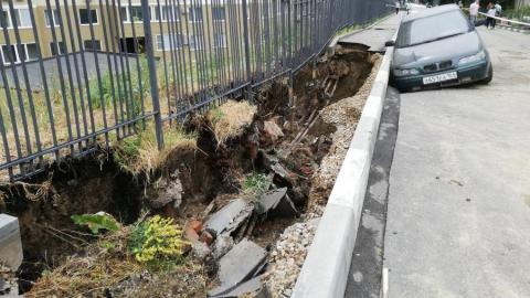 Крупная коммунальная авария: вода размыла асфальт, в яму провалилась машина