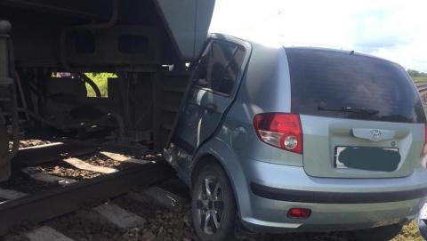 ПривЖД: во влетевшей сегодня под поезд машине было три человека