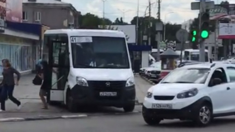 Автохам на маршрутке разогнал саратовцев с тротуара