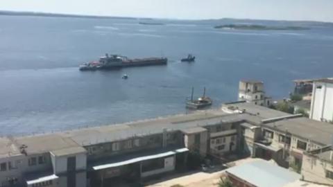 Экскаватор проплыл по Волге у набережной Саратова