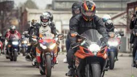 Два мотоциклиста попали в яму в центре Саратова