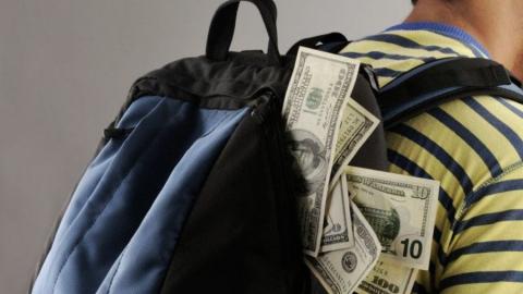 У балаковца ранним утром на пляже украли рюкзак с деньгами