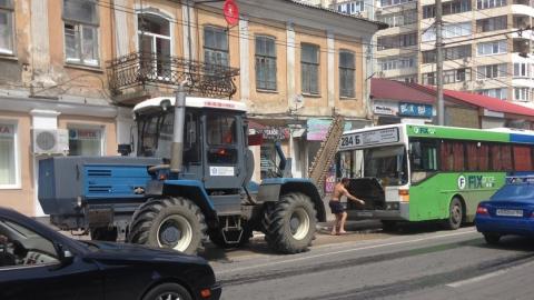 Энгельсский автобус несколько часов провёл в саратовской яме