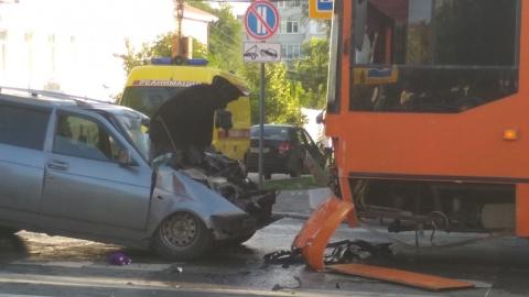 Только что девушка-пешеход погибла в аварии с троллейбусом и «Приорой»