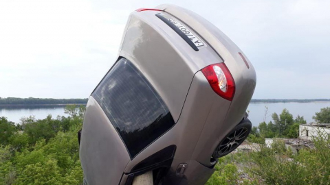 Сегодня утром в Вольске автомобиль повис на столбе над обрывом