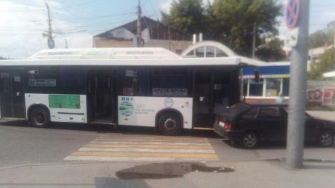 На центральной улице столкнулись автобус и легковушка