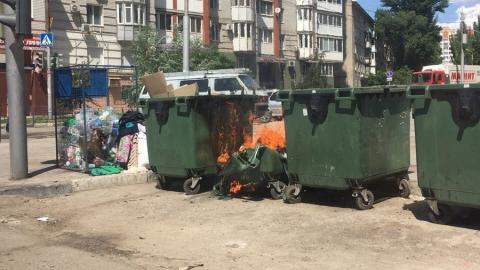 У Детского парка сгорел мусорный бак